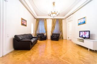 стильная 4-комнатная квартира в аренду в историческом центре С-Петербурга
