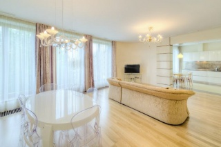 spacious stylish 4-room apartment for rent in the Petrogradsky district of St-Petersburg